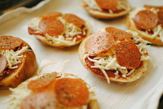 cheesy-chicken-sausage-bagel-pizza