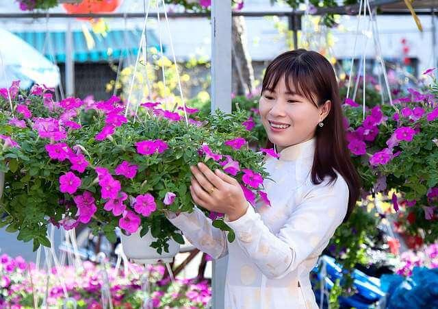 macro-young-women-flowers