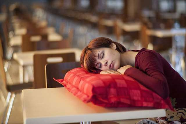 model-sleeping-pillow