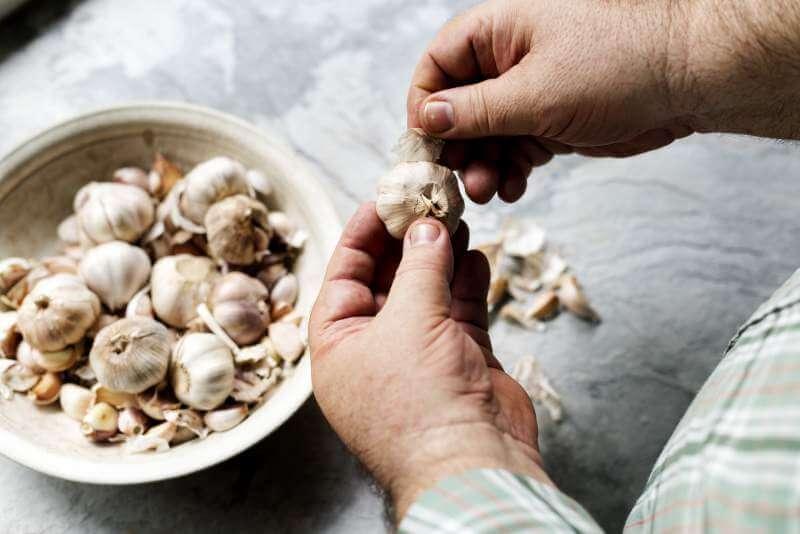 hand-peeling-garlic