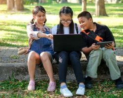 asian-children-are-playing-laptop-computer