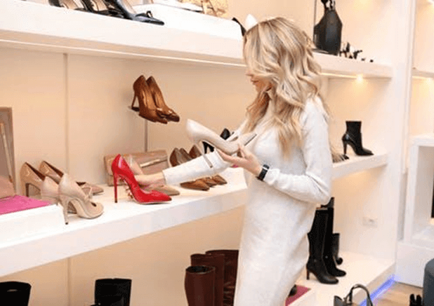 Women-shopping-shoes