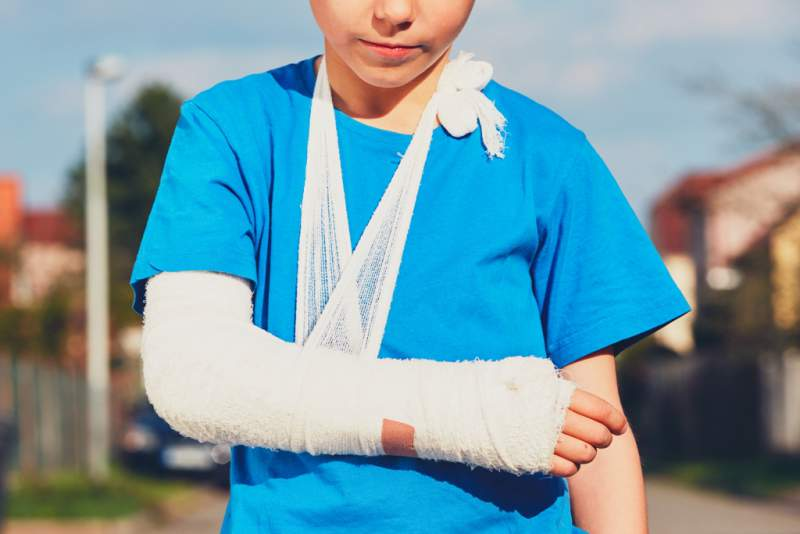 boy-with-broken-hand