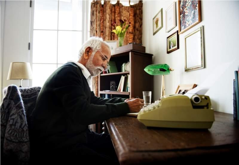 seniore-man-writing