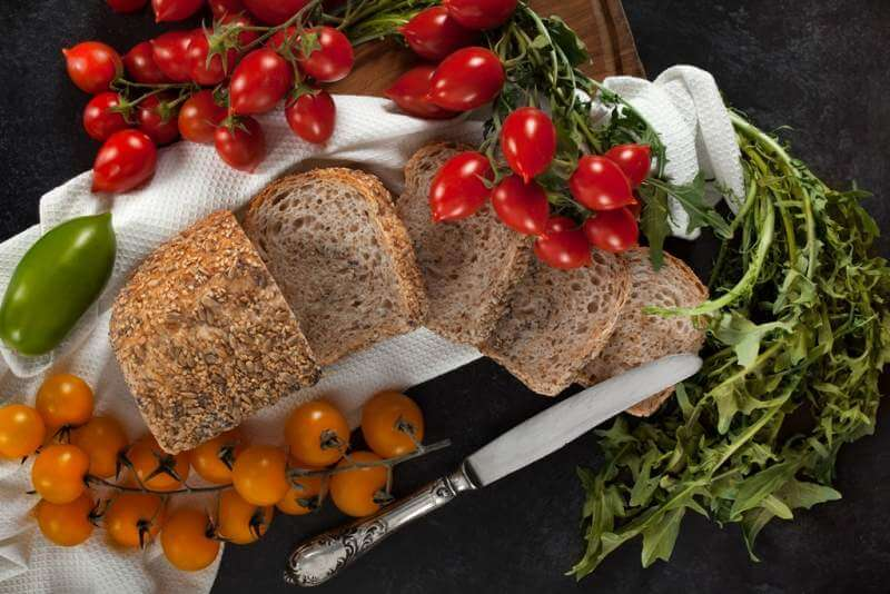 seeded-wholemeal-loaf-with-tomatoes-and-chicory