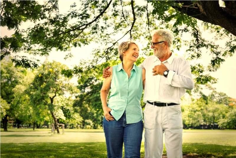 senior-couple-in-the-park