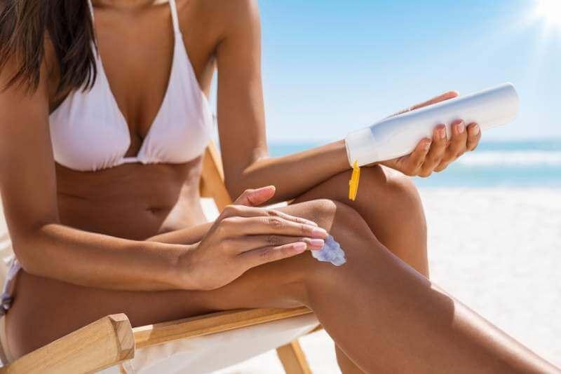 woman-applying-sun-screen