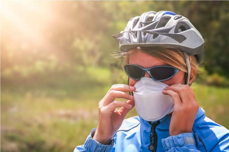 cyclist-wearing-a-protective-mask