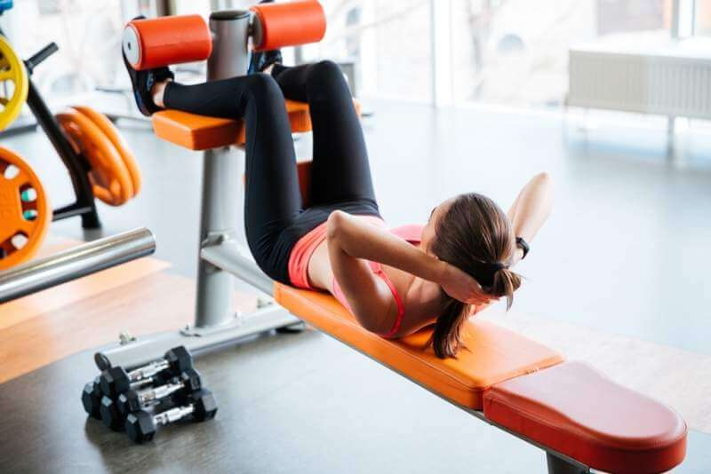 beutiful-woman-athlete-doing-abdominal-crunches