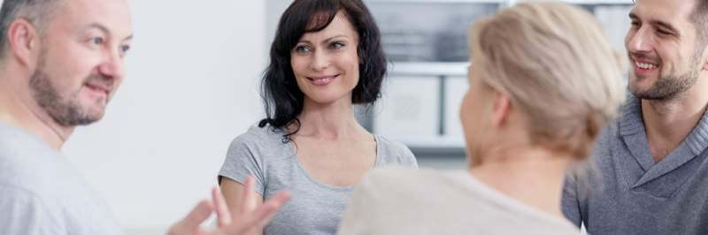 smiling-people-talking-with-psychologist