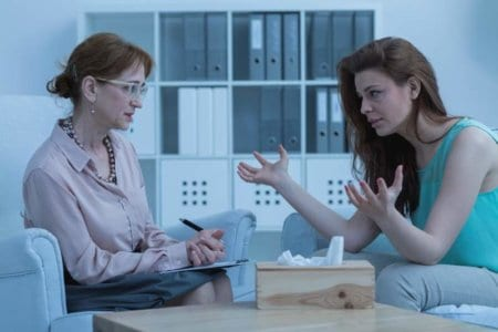 woman-discussing-with-psychologist