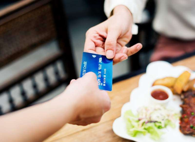 woman-paying-lunch-with-credit-card-at-restaurant