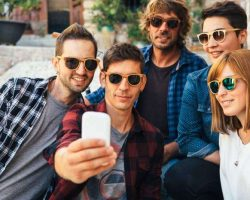 youngsters-taking-selfie