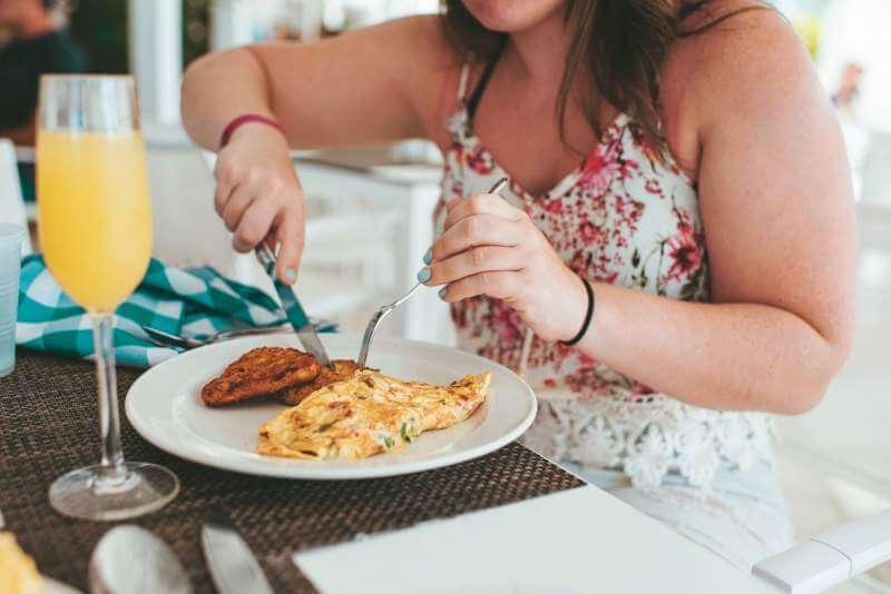 girl-cutting-omelette
